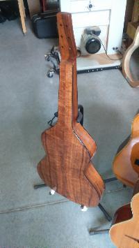Je ne recommanderais pas.....ce luthier, la capitale de son pays est la plus éloignée de ma résidence d'été , 19186 km! - Page 6 Mini_170828020610162718