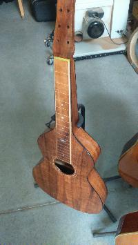 Je ne recommanderais pas.....ce luthier, la capitale de son pays est la plus éloignée de ma résidence d'été , 19186 km! - Page 6 Mini_170828020613422557