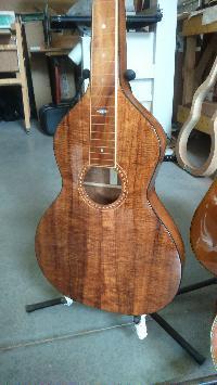 Je ne recommanderais pas.....ce luthier, la capitale de son pays est la plus éloignée de ma résidence d'été , 19186 km! - Page 6 Mini_170828020619992593