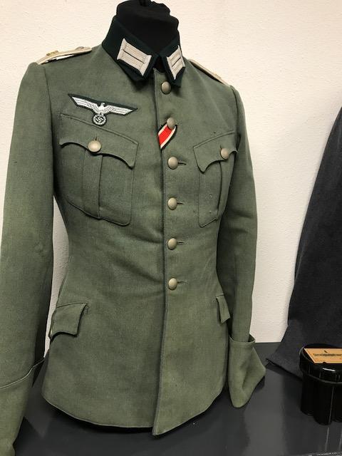 Authentification de deux vestes d'officiers de la Heer 170912074837699783