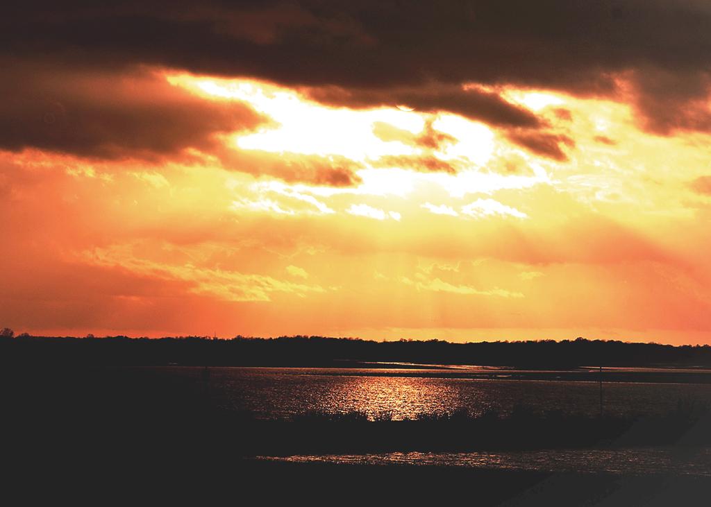 Coucher de soleil dans un ciel menacant 18010502543780877