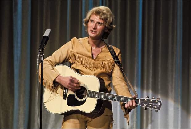 juin-1973-johnny-hallyday-joue-le-cowboy-en-concert-durant-l-emission-cadet-rouselle