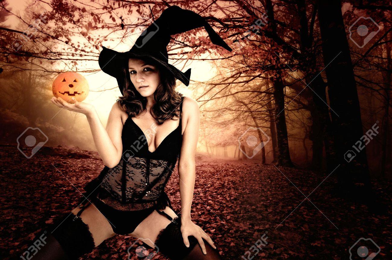 20383107-fille-sexy-dans-le-costume-de-sorcière-pour-halloween-dans-une-forêt
