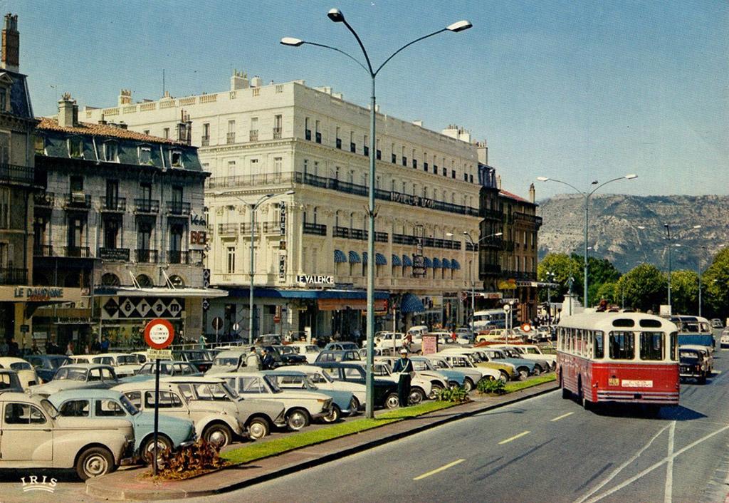 VALENCE-Place de la République-BUS CHAUSSON (APV-U??)?CPM coul?592_001-REDRESSÉE copie