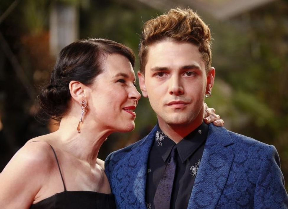 647466-director-xavier-dolan-and-cast-member-anne-dorval-pose-on-the-red-carpet-as-they-arrive-for-the-scre